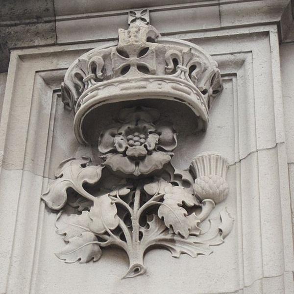 640px-Buckingham_Palace_December_2012_10large.jpg