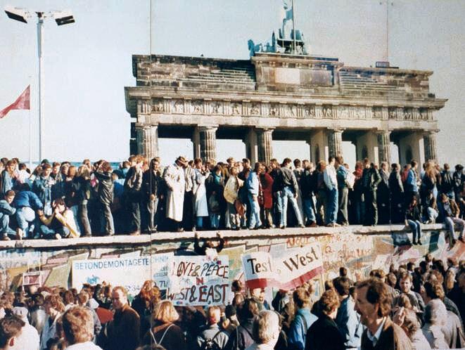 the fall of the berlin wall summary