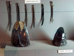 Raw obsidian and obsidian blades, examples of Maya commodities, by Simon Burchell (Own work) CC-BY-SA-3.0, via Wikimedia Commons